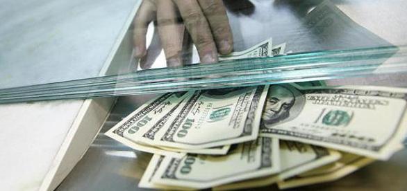 Dólar acelera e acentua crise econômica no Brasil