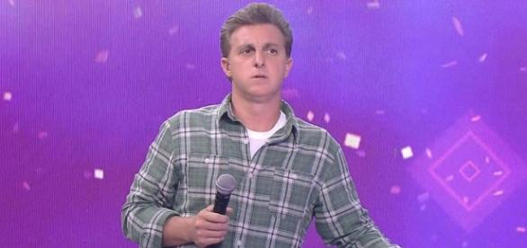 Luciano Huck reclama ao vivo na Globo