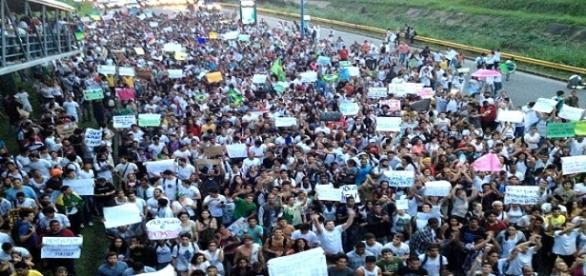 Mais de 5 mil pessoas protestam em Salvador