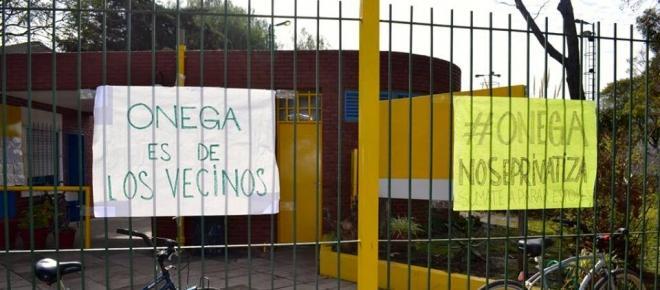 Persiste la batalla de los vecinos contra la privatización del Polideportivo Onega