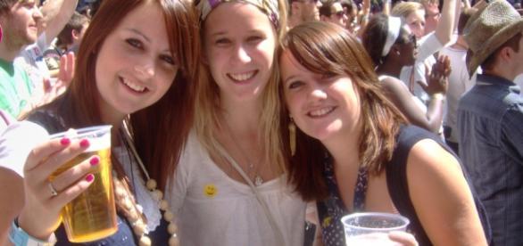 Chicas bebiendo alcohol en una fiesta