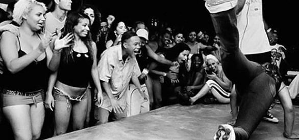 Imagem de baile funk carioca nos anos 90