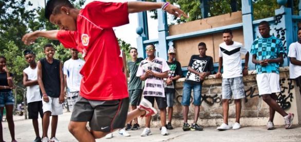 """Jovens de Periferia dançam o """"passinho"""" do Funk"""