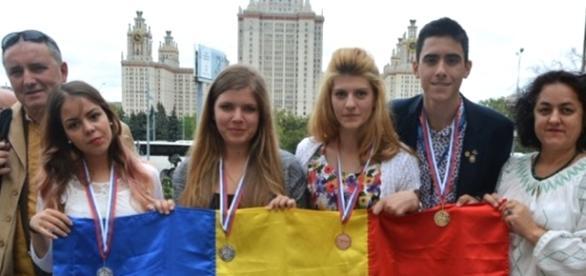 Premianții și însoțitorii. Foto: edu.ro