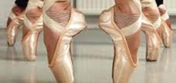 Sapatilhas em uma aula de balé clássico.