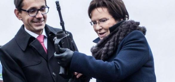 Premier rządu, Ewa Kopacz z karabinem.