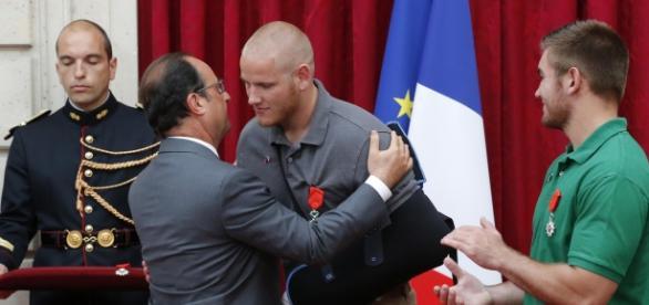 El presidente F. Hollande otorgando las medallas