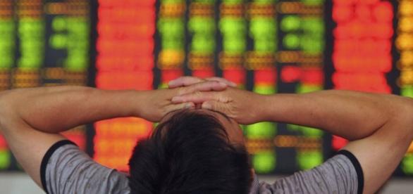 Investidor chinês se desespera ao ver índice