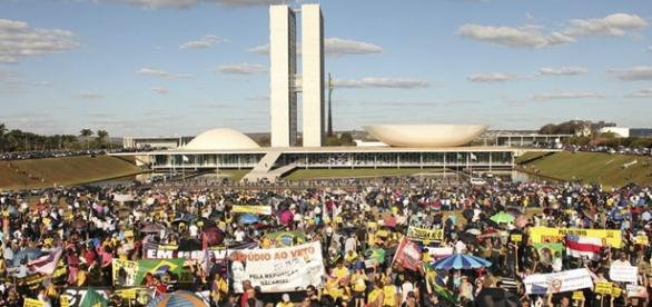 Milhares de servidores protestam em Brasília