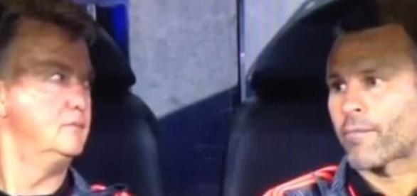 Van Gaal y Giggs se miran de manera incrédula