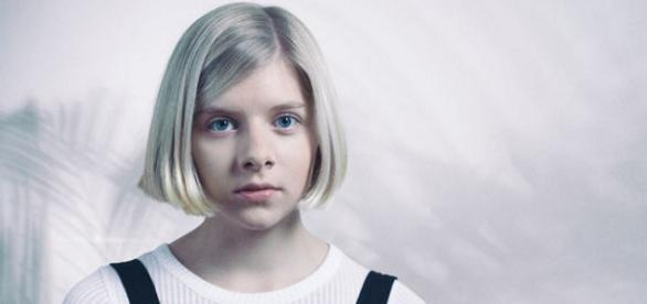 Aurora Aksnes sieht mit 18 noch sehr kindlich aus.