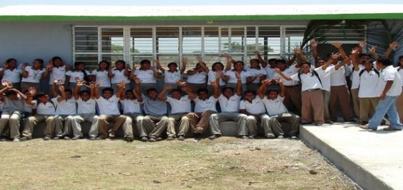 Voluntarios construyendo escuelas