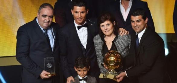 Cristiano Ronaldo aparece ao lado da família.