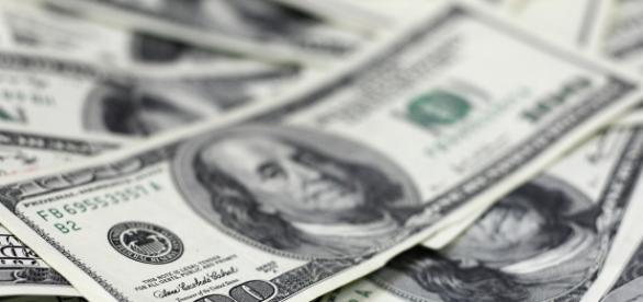 Dólar em alta. Moeda atingiu o aumento de 0,98%.