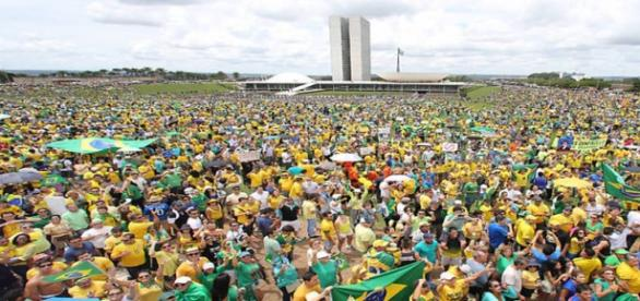 Manifestações pedem a saída de Dilma Rousseff