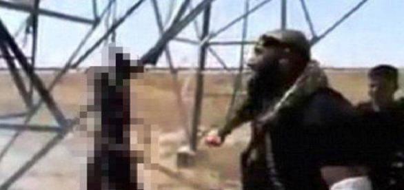 Un terorist este ars și tăiat cu sabia