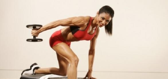 Atleta a treinar HIIT no ginásio.