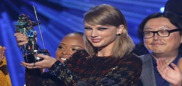 Cantora levou quatro prêmios no VMA 2015