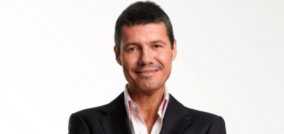 Marcelo Tinelli foto de frente con traje negro