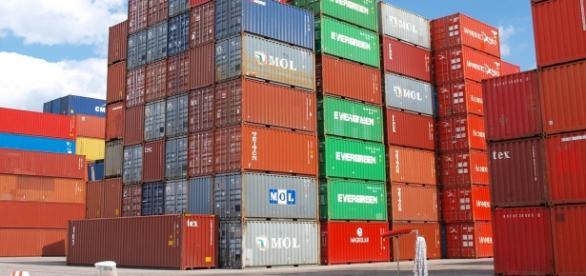 Containers sulle banchine dei porti in crisi