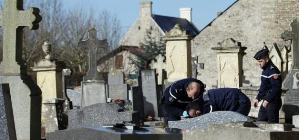 Policía en el cementerio de Labry