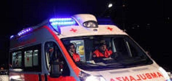 Ss106: Incidente frontale tra ambulanza e tir.