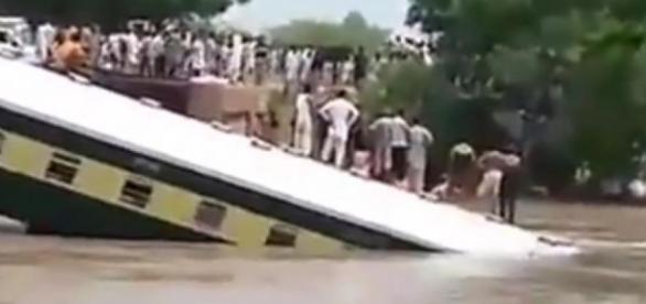 Două trenuri au deraiat în India