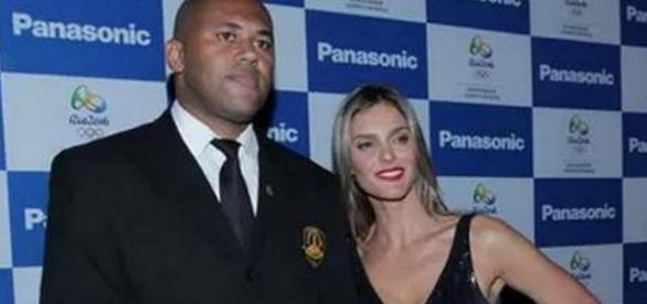 Fernanda Lima posa com segurança para abafar