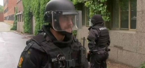 Policías que han encontrado la falsa bomba de Oslo