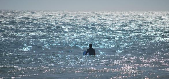 Prisioneiro surfa até à liberdade
