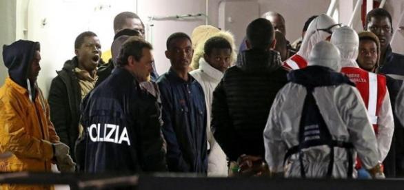 Detienen a 5 sospechosos traficantes de personas