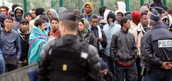 French роlісе rise in front оf migrants