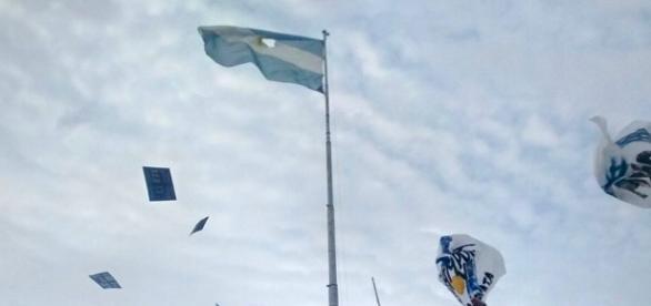 La bandera que fue dañada por la agrupación