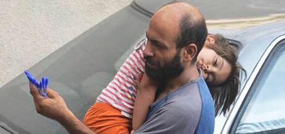 Abdul con su hija dormida en hombros