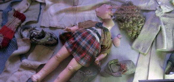 Ropa de bebé y muñeca hallados en Auschwitz