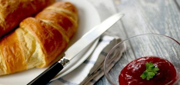 Delicioso croissant en la mesa