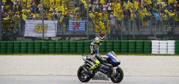 Valentino celebra ante sus seguidores