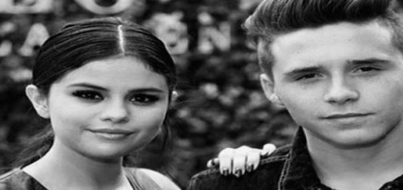 Modelo publicou uma foto ao lado de Selena