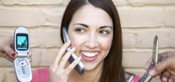 O tânără ce folosește telefonul mobil