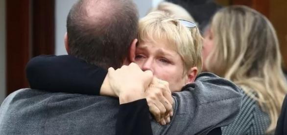 Xuxa abraça familiar em velório