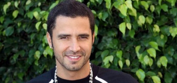 Cantor Latino é vaiado em show