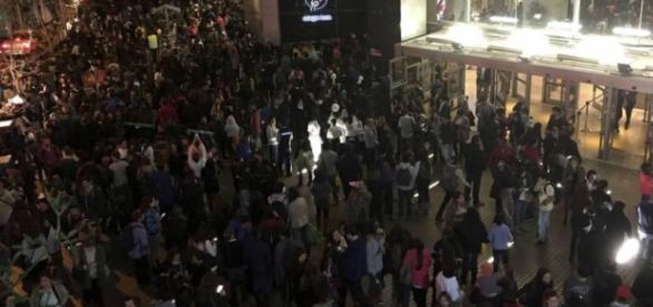 Milhares de pessoas vão para ruas após o tremor
