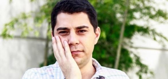 Evaristo Costa manda beijinho no ombro na Globo