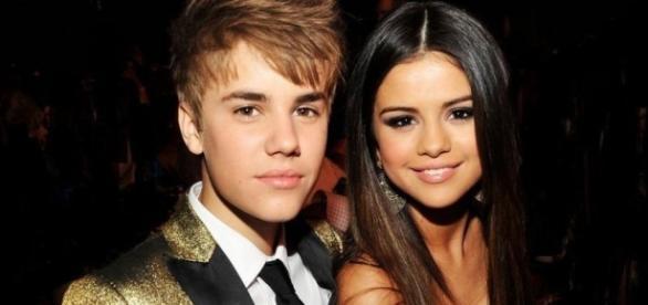 Justin Bieber ao lado de Selena Gomez