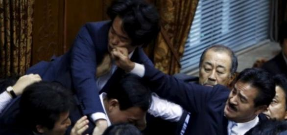 Parlamentares se agrediram antes da votação de PL