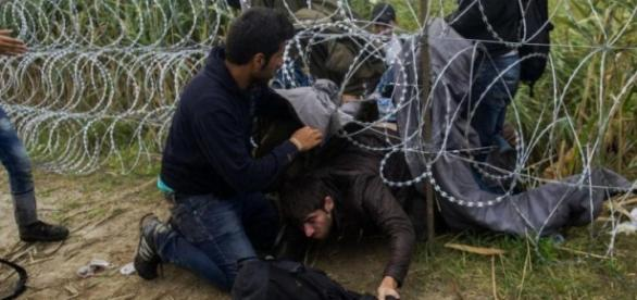 Imigrantes burlam o muro tentando entrar no país.