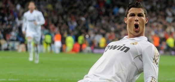 Cristiano Ronaldo compete contra Ronaldinho.