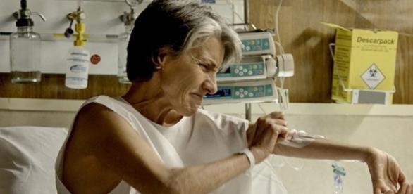 Djanira foge do hospital para ajudar a filha