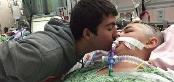 Koral Reef, uma vítima, recebe um beijo do marido