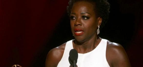 Viola Davis recebe a premiação no Emmy